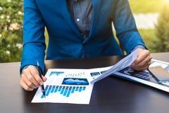 Concept de succès de statistiques commerciales : marque d'analytics d'homme d'affaires Photographie stock libre de droits