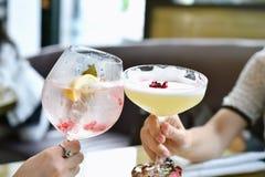 Concept de succès, deux amis féminins buvant des cocktails dans le restaurant Image stock