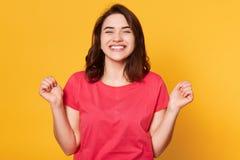 Concept de succ?s, de victoire et d'accomplissement Gagnant heureux de femme serrant ses poings et hurlant oui de l'excitation, a images libres de droits