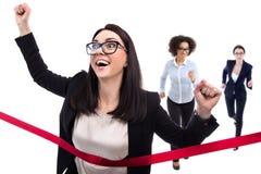 Concept de succès - ligne d'arrivée heureuse de croisement de femme d'affaires isolant Photo stock