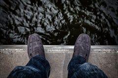 Concept de suicide , Jeune homme déprimé regardant vers le bas sa chaussure Image libre de droits
