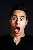 Concept de surprise - jeune homme drôle stupéfait Photo stock