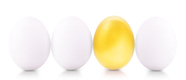 Concept de symbole de succès avec de l'or et les oeufs blancs Images stock