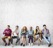 Concept de télécommunication mondiale de connexion d'amis de diversité images libres de droits