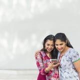 Concept de téléphone portable de communication d'unité d'amitié de femmes Photographie stock