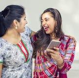 Concept de téléphone portable de communication d'unité d'amitié de femmes Photo libre de droits