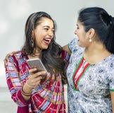 Concept de téléphone portable de communication d'unité d'amitié de femmes Images libres de droits