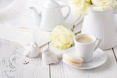 Concept de table femelle de matin avec la tasse de café sur la fin de table  images stock