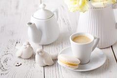 Concept de table femelle de matin avec la tasse de café sur la fin de table  photo stock