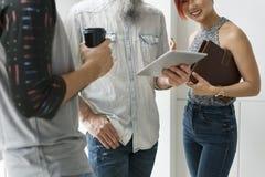 Concept de Tablette de Digital d'unité de discussion d'amitié de personnes Images libres de droits