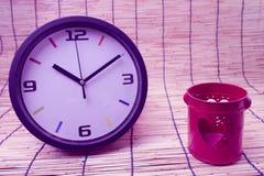 Concept de tache floue : horloge et coeur, concept rouges d'amour et de temps Images libres de droits