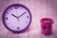 Concept de tache floue : horloge et coeur, concept rouges d'amour et de temps Images stock