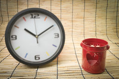 Concept de tache floue : horloge et coeur, concept rouges d'amour et de temps Photographie stock libre de droits