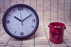 Concept de tache floue : horloge et coeur, concept rouges d'amour et de temps Photographie stock