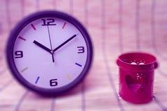 Concept de tache floue : horloge et coeur rouge, concept d'amour et de temps pour le backg Photos libres de droits