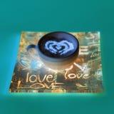 Concept de tasse de café de forme de coeur d'isolement sur le fond rose tasse d'amour, dessin de coeur sur le café d'art de latte photos stock