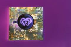 Concept de tasse de caf? de forme de coeur d'isolement sur le fond rose tasse d'amour, dessin de coeur sur le caf? d'art de latte photo libre de droits