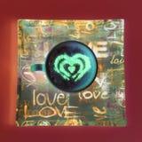 Concept de tasse de caf? de forme de coeur d'isolement sur le fond rose tasse d'amour, dessin de coeur sur le caf? d'art de latte photos stock