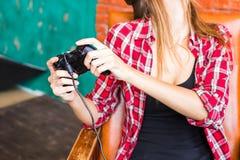 Concept de technologie, de réalité virtuelle, de divertissement et de personnes - femme avec le casque de vr jouant le jeu Photo stock