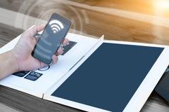 Concept de technologie de relation d'affaires, homme à l'aide du smartphone Photographie stock