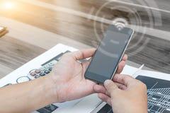 Concept de technologie de relation d'affaires, homme à l'aide du smartphone Photo stock
