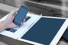 Concept de technologie de relation d'affaires, homme à l'aide du smartphone Images libres de droits