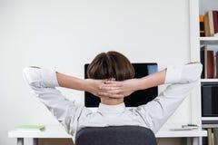 Concept de temporisation : employé de bureau s'étirant devant l'écran d'ordinateur noir images libres de droits