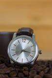 Concept de temps de café, grains de café et tasse de café photographie stock