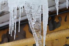 Concept de temps froid avec le tuyau de descente d'eaux ménagères de glaçons sur le toit Macro vue Orientation molle Photo stock