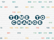 Concept de temps : Heure de changer sur le fond de mur Photographie stock libre de droits