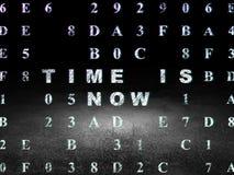 Concept de temps : Le temps est maintenant dans la chambre noire grunge Photos stock