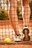 Concept de tennis avec des jambes de boule, de fabrication et de femme Photographie stock