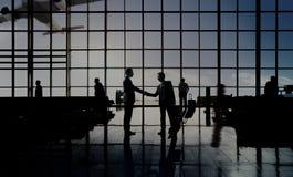 Concept de terminal d'aéroport d'affaire de poignée de main d'hommes d'affaires Images libres de droits