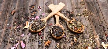 Concept de thé Différents genres de thé dans des cuillères en bois sur le weathere Images libres de droits