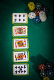 Concept de tisonnier avec des cartes sur la table verte catégories de Main-rang : Trois d'une sorte Photographie stock libre de droits