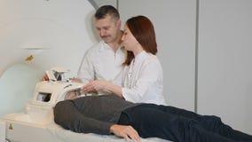 Concept de tomodensitométrie Concept de santé La personne masculine obtient balayée par le scanner de résonance magnétique de rep banque de vidéos