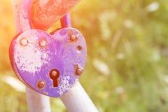 Concept de traditions de mariage grand et fort d'amour, Serrure bleue d'amour dans la fin de pont  Images stock
