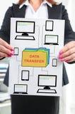 Concept de transfert des données montré par une femme d'affaires photo libre de droits