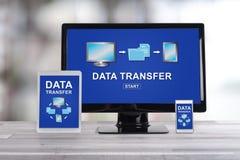 Concept de transfert des données sur différents dispositifs images stock
