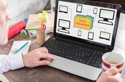 Concept de transfert des données sur un écran d'ordinateur portable photo stock