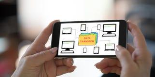 Concept de transfert des données sur un smartphone photographie stock