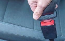Concept de transport et de véhicule - équipez la ceinture de sécurité d'attache dans la voiture images libres de droits