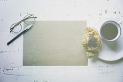 Concept de travail créatif Feuille vide de métier de maquette de papier, de stylo, de verres d'oeil et de tasse de café vides de  Image libre de droits