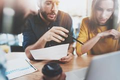 Concept de travail d'équipe Équipe d'affaires s'asseyant au lieu de réunion et faisant des conversations horizontal Fond brouillé images stock