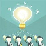 Concept de travail d'équipe avec l'ampoule et les hommes d'affaires Photo stock