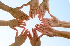 Concept de travail d'équipe avec les mains émouvantes de personnes Photo stock