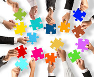 Concept de travail d'équipe et d'intégration avec des morceaux de puzzle Photo libre de droits