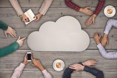 Concept de travail d'équipe - groupe de personnes de vue supérieure le symbole et de nuage sur la table en bois Photographie stock