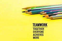 Concept de travail d'équipe le groupe du crayon de couleur sur le fond jaune avec le travail d'équipe de mot, ensemble, chacun, r Images libres de droits