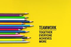 Concept de travail d'équipe le groupe du crayon de couleur sur le fond jaune avec le travail d'équipe de mot, ensemble, chacun, r Image libre de droits